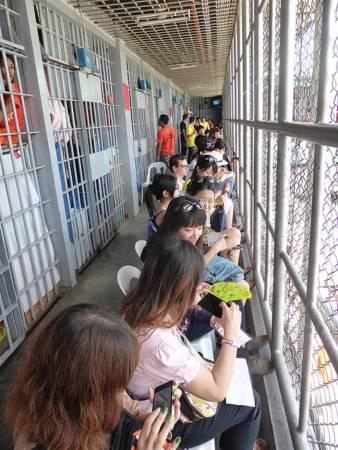 囚犯露天表演,互动时间前观众会隔在牢笼里,到底谁是囚犯?