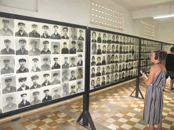 在馆内挂着一张张曾经被波尔布特虐待而死的受害者照片,旅客也仔细聆听讲解员话说当年残酷史。