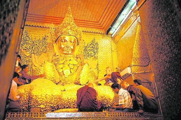 """自古以来,缅甸就被称为""""黄金之国"""",而缅甸人民更深信在佛像上贴上金箔,就可以得到好运。"""