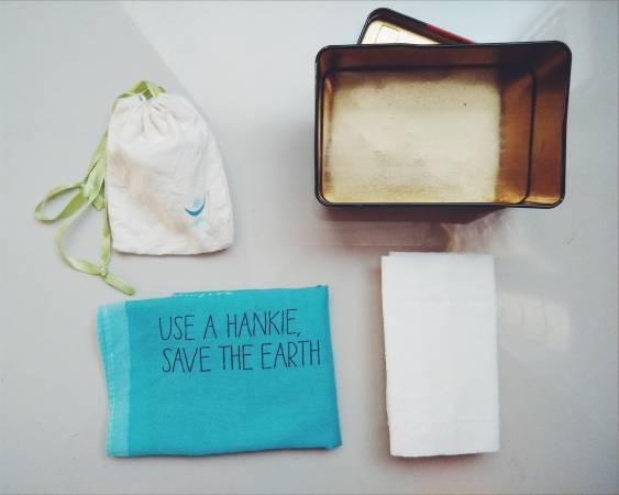 包包里随身带着一个小盒子,盒子里放着月经杯、手帕和厕纸。