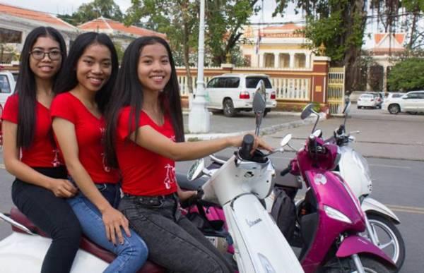 """""""摩的""""就是摩哆德士,是以摩哆作为出租营运的工具车,普遍存在于中国,东南亚地区如印尼、泰国等。而摩的女郎就是负责带外国游客骑摩哆旅行。"""