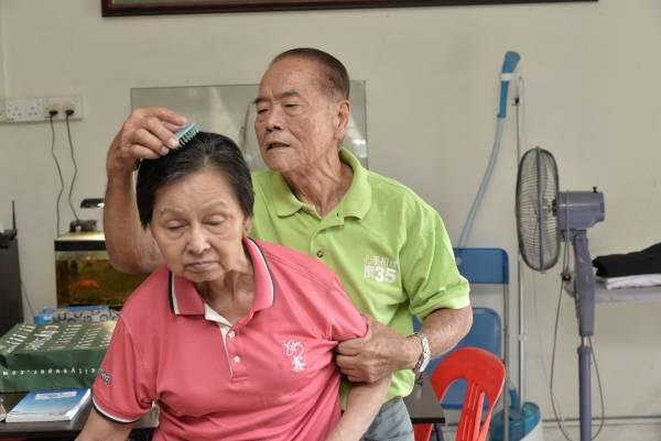 妻子郭梅芳年前中风后,罗元璋立刻结束生意,专心照顾这位一同走过51年婚姻路的妻子。
