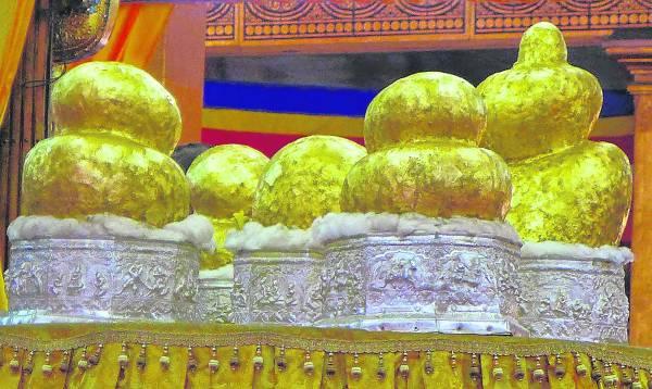 位于茵莱湖上、历史超过800年的五佛寺(Phaung Daw Oo Pagoda),寺里5尊神明被信徒贴满金箔,已看不出原有的形象,反映此庙的香火,非常鼎盛。