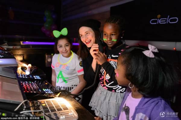 俱乐部请专业人士设计这里的灯光照明、音响系统,,甚至还专门设计了DJ训练课、舞蹈比赛、艺术表演等进一步加深孩子们的印象。