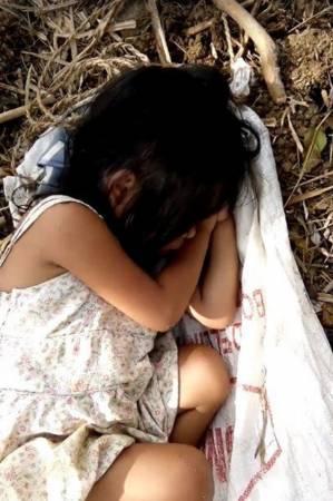 小珍妮等爸爸工作,累了就睡在一旁。