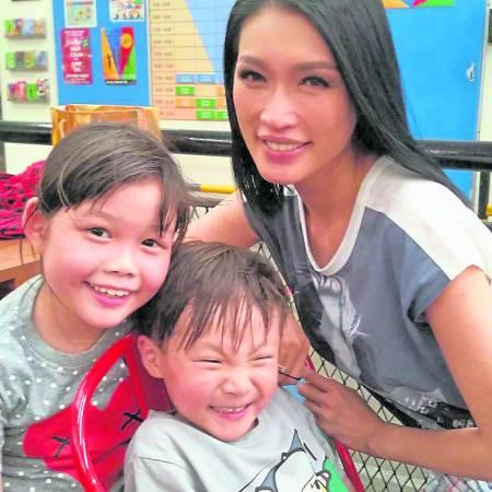 Amelia目前在大马名模Amber Chia学院里充当导师,负责教导一些跟她有着同样兴趣的小朋友们,分享自己的知识与才能。