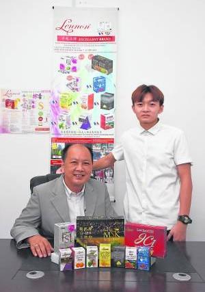 周谭胜(左)非常关心现代文明病日益年轻化的问题,右为该公司总经理周骏威。