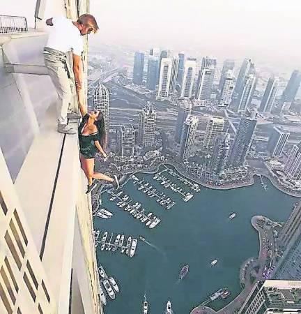 攀爬上高楼,然后拍下惊险玩命照上载到社交网络,乐此不疲。