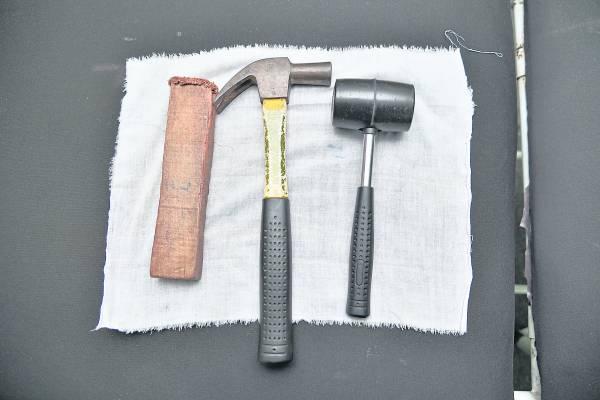 只需要铁锤及木块,En.Rosdi便可以为病患治好让人头疼的脊椎问题。