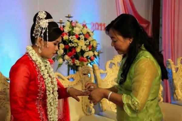 缅甸乡间至今仍有一些古老习俗,若女儿一晚不回家,隔天必定得尽快嫁出去。
