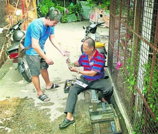陈治材就地在小巷内为熟客磨刀。