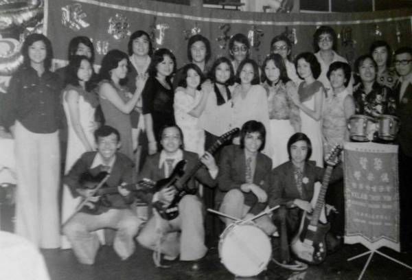 1975年初次登上舞台的叶耀泽(前蹲右一)格外雀跃,享受在自己的音乐世界里。