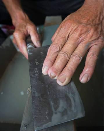 手上布满刀痕,都是自己的人生故事。