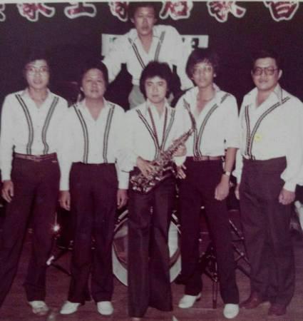 年少时期的叶耀泽热爱音乐,总是随团到处登台表演。