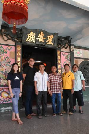 右一星安庙众理事郑双泉,许舔财、裴瑞豹、陈聪发以及年轻义工合照。