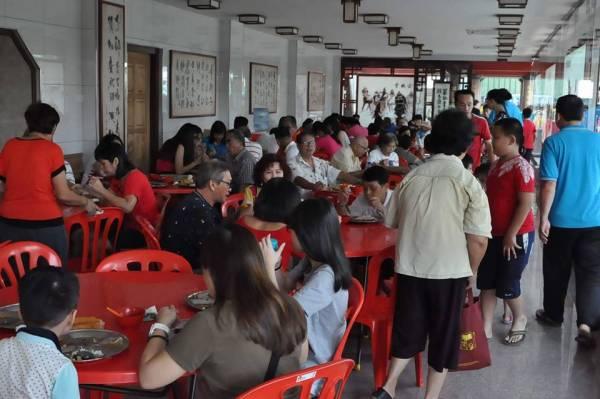 每逢农历初一、十五星安庙都会提供素食让民众免费食用。