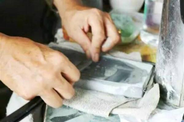 磨小刀需用密度较好的小磨石才不会损坏刀刃。