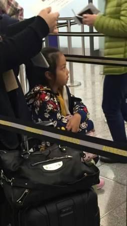 就算有一堆行李,赵薇依然带着女儿搭地铁。