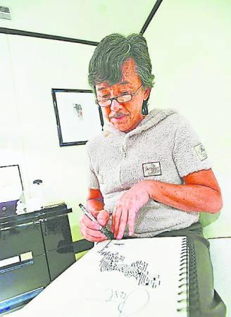 林子祥只要一有概念,就会把缝纫样式设计用画笔画下。