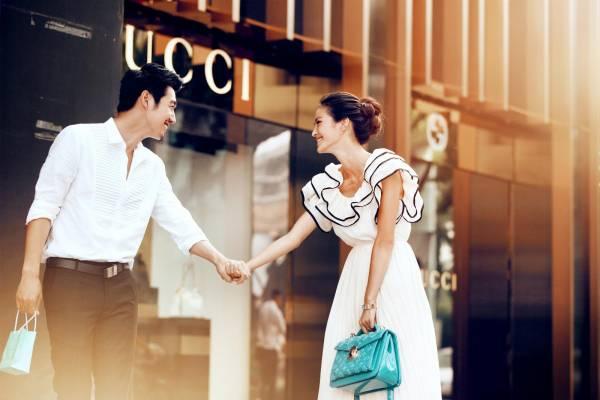 """出租女友的服务早已兴起,以往的服务只规定单纯的逛街、见亲友等正常行为,但是如今已""""变质""""。(示意图)"""