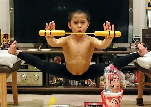 年仅8岁的今井龙惺因为十分仰慕李小龙,不断学习李小龙的各种武打动作。