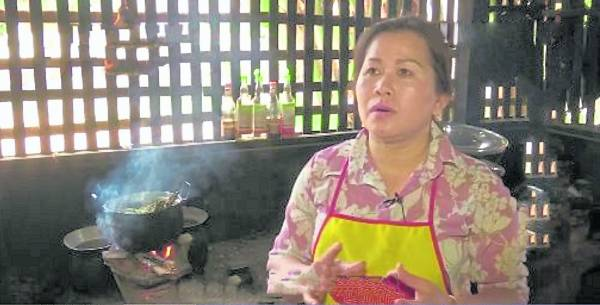 制作牛屎酱的老板娘表示,这些牛屎酱要配上其他佐料,才能压住腥味,最后可是很美味的!
