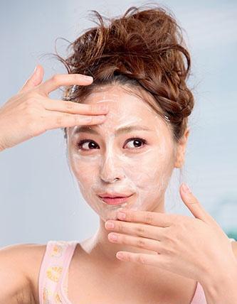 别让泡沫在脸上停留过久,以免造成肌肤负担。
