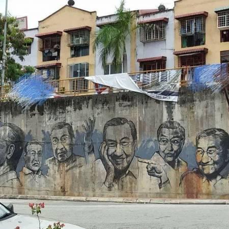 """壁画在蕉赖Taman Orkid的""""心板面""""对面。"""