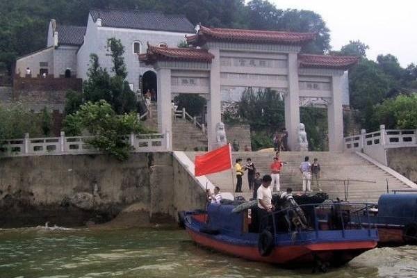 由于沉船事件不断,渔民曾在老爷庙用鸡血祭祀,但仍也逃不掉被湖水吞噬的命运。