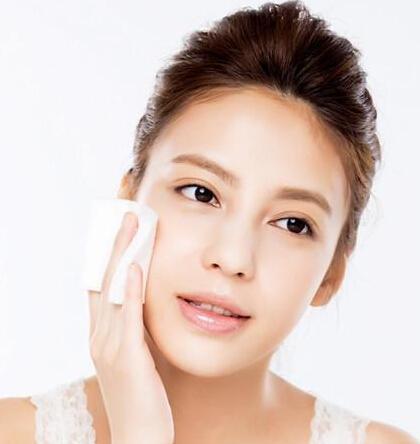 擦拭脸部的毛巾应该保持干爽。