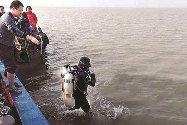 2013年,中国首次举行水下考古潜水探摸工作。考古专家肖发标告诉记者,潜水员当日成功发现一处沉船遗址。