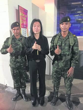 """拿督斯里金口师父亲自前往泰国,致力争购""""军人符管"""",碰巧遇到当地的军官,他们都纷纷向师父竖起拇指赞好""""军人符管""""。"""