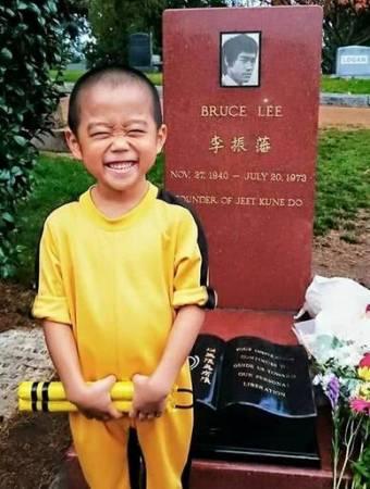 今井龙惺有幸能到偶像的墓前,让他开心得露出天真笑容。