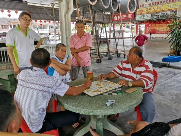 到了下午,长辈们会聚集在这里下棋。 蕉赖十一哩新村 地址:Batu 11 Cheras 面子书:蕉赖十一哩新村 / Batu 11 Cheras