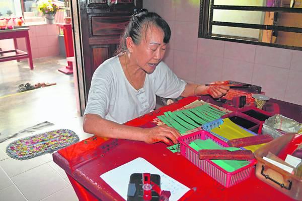 郭春叶当了娘娘童身逾40年,追随的信徒甚多。