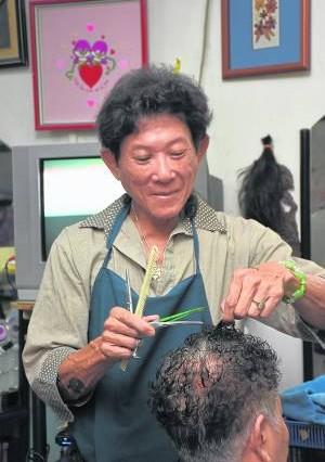 Tony是一名专业理发师,本身并不抽烟,却拥有一幅布满香烟盒的墙壁,自创一幅独具匠心的风景墙,深受顾客好友喜爱。