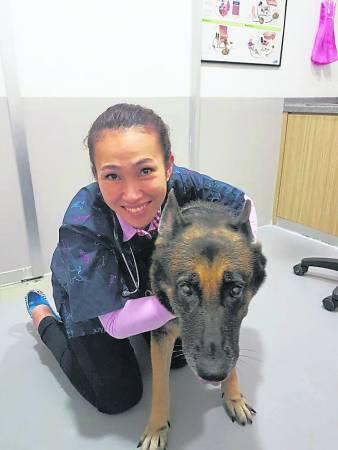 兽医李薇薇医生表示狂犬病是由唾液传染的病毒,被咬后用清水往伤口清洗长达十分钟,可降低病毒继续传播的机率。