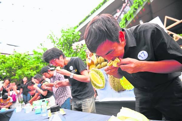 比赛当榴梿大使吃果王比赛,管它是多少公斤,就是要咽下去。