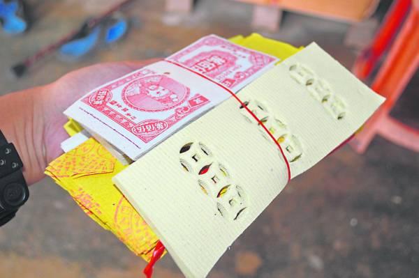 """""""拍魂""""时,娘娘会根据鬼魂数量准备同等数量的金纸、冥钞、开路钱和往生纸,以备仪式时用。"""