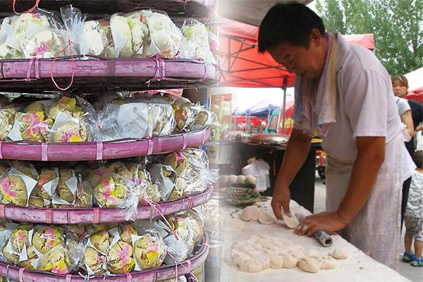 陈国荣快速俐落的手法,手上的面团瞬间变成香气四溢的摩诃粿。
