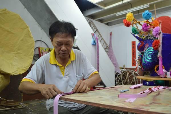 黄财旺每年农历七月来临前都忙得不可开交。