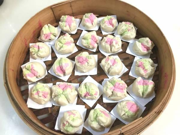 白砂糖制成的三色摩诃粿。