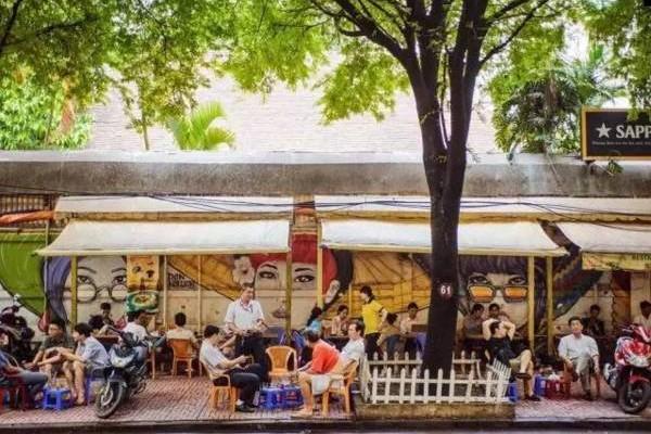 """路边喝咖啡,这是越南的城市风景线,有""""陪喝女""""也属普遍。"""