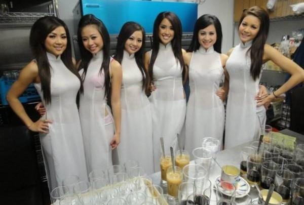 美女服务员有时穿着端庄的薄纱服,有时又以清凉的比基尼出现,令咖啡馆的气氛异常火爆。