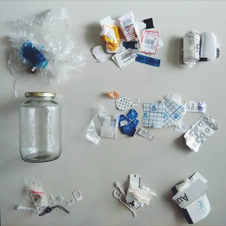 瞧瞧我的垃圾罐,里面几乎都是塑胶垃圾,就是因为它们非天然原料,无法回归自然,只能成为垃圾。