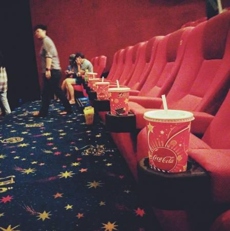 电影散场,观众带走了欢乐,却留下永远不灭的垃圾。