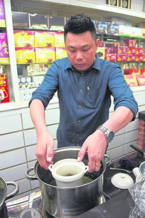 这道补汤添加了具有补血功效的大枣,可是有很好的美容养颜功效,经常喝更可抗衰老。