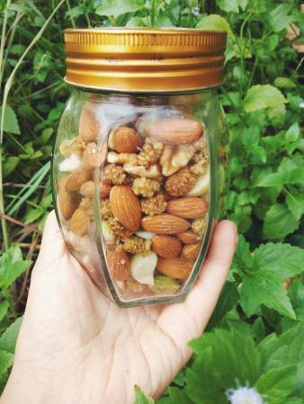 小小一罐裸包装坚果,是素食者健康又便宜的蛋白质来源。