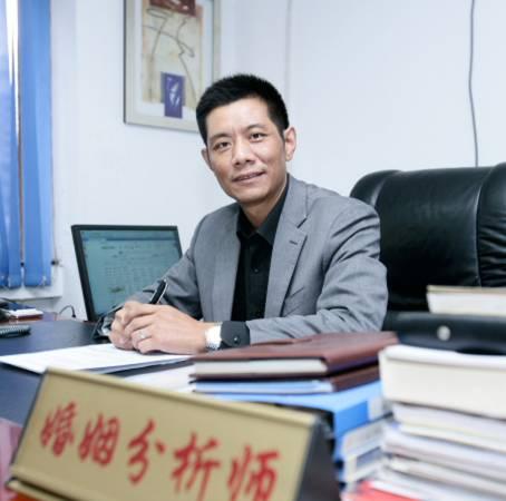 """瑜峰是重庆某婚姻家庭咨询服务中心主任,从事婚姻家庭情感咨询、服务、研究十余年,近年来主要开展外遇行为矫治业务,被媒体称为""""中国小三劝退第一人""""。"""