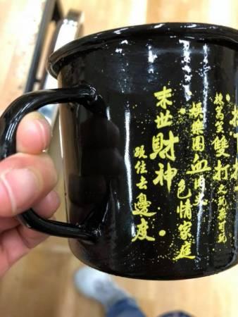 """黄子华定价的100港币""""回水杯""""也被一扫而空,可见粉丝相当捧场。"""